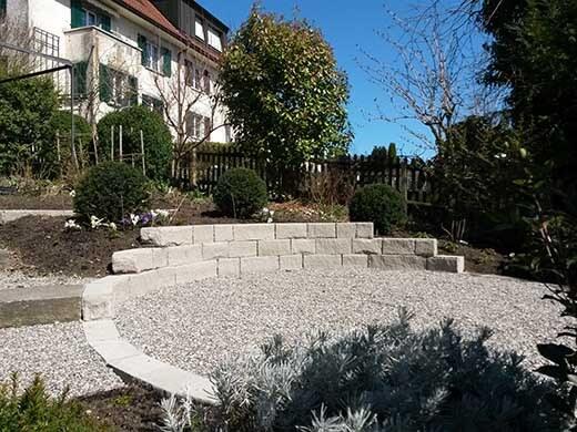 Gartensitzplatz aus Kies mit Sandstein-Mauer
